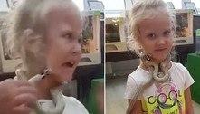 Garotinha leva picada de serpente no rosto durante visita a zoológico