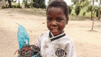 Foto de garoto viraliza, e Santos faz ação com ONG de ajuda à África (Instagram)