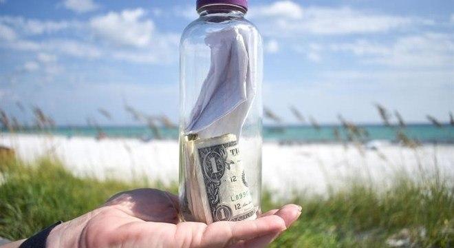 Policial achou a garrafa com as cinzas em uma praia no noroeste da Flórida