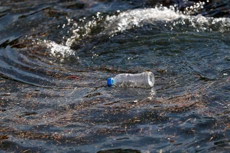 Plástico representa 95% do lixo nas praias do país
