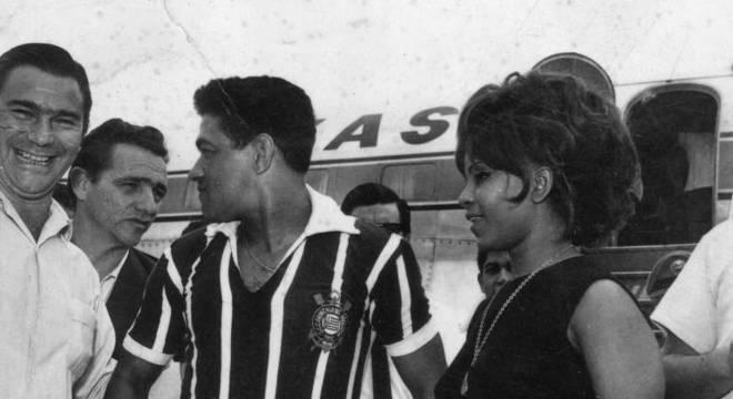 Chegada de Mané Garrincha ao Corinthians, em 1966, ao lado de Elza Soares