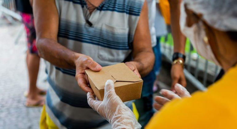 Organização faz ação para ajudar a distribuir refeições