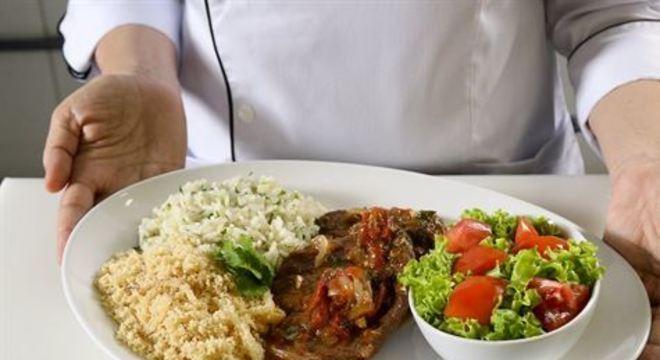 Gastrônoma Elza Ferreira ensina a fazer um prato capaz de reunir toda família