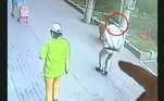 Um gato caiu de um prédio na China, acertou um idoso que passeava com o cachorro lá embaixo. Já no chão, ainda brigou com o cachorro, que não entendeu muito bem o que estava acontecendo