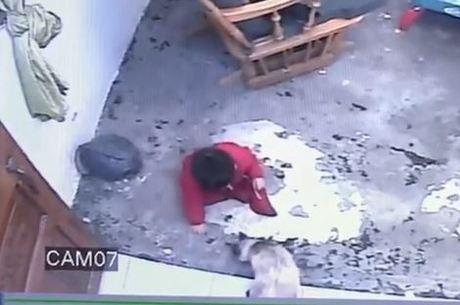 O momento em que Gatubela salva o bebê