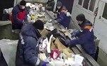 Segundo o tabloide britânico Daily Mail, a tarefa dos funcionários do local é abrir os sacos plásticos que passam sobre a esteira para selecionar o lixo