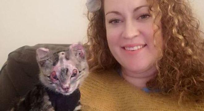 Jenni decidiu levar o gatinho para casa no dia da alta hospitalar