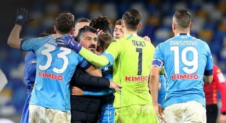 Gattuso, ao final do jogo o carinho dos seus pupilos no Napoli