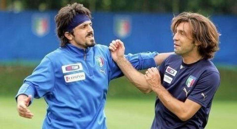 Gattuso e Pirlo, brincalhões, num treino da Itália campeã do mundo em 2006