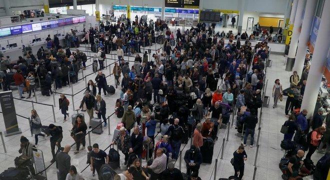 No aeroporto de Gatwick, mais de 100 mil passageiros foram afetados pelo caos