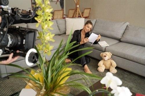 ed93890be ... Ela veste roupas da linha de loungewear da Intimissimi, como um  conjunto preto de seda ...