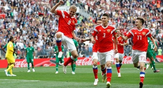 O volante Gazinsky, da Rússia, comemora o primeiro gol da Copa