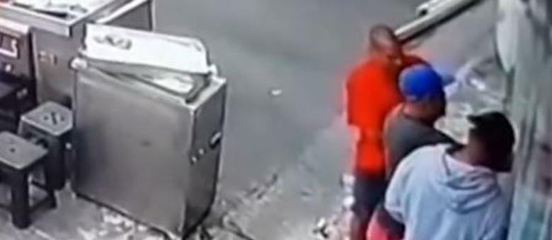 Câmeras de monitoramento flagraram o momento do crime