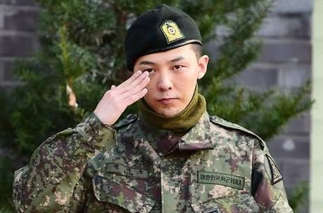 G-Dragon, do BIGBANG, é liberado pelo exército depois de um ano