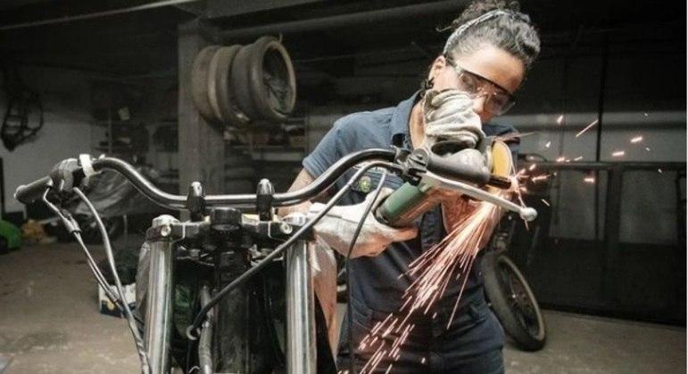 Geane Santana construindo moto para a competição