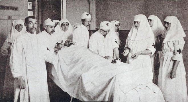 Gedroits, auxiliada pela Imperatriz Alexandra e pelas Grã-duquesas Olga e Tatiana, opera um paciente