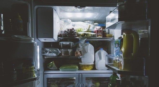 Jovem usa geladeira para publicar um tweet durante um castigo da mãe