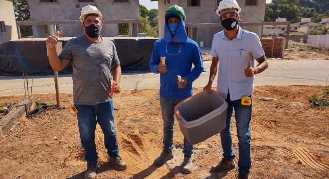 Trabalhadores fizeram uma pausa refrescante em meio ao calor de Goiânia
