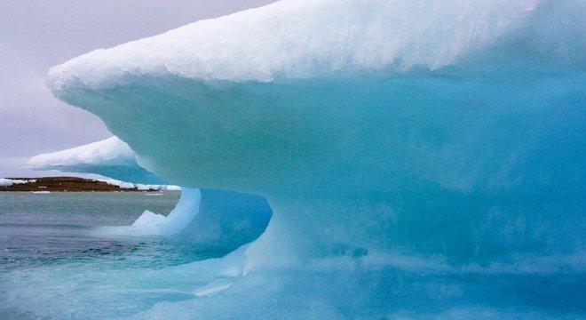 Gelo derretendo da baía Resolute, em Nunavut, no ártico canadense