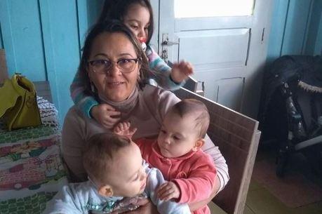 A avó com Asaph e Ana Vitória em imagem recente