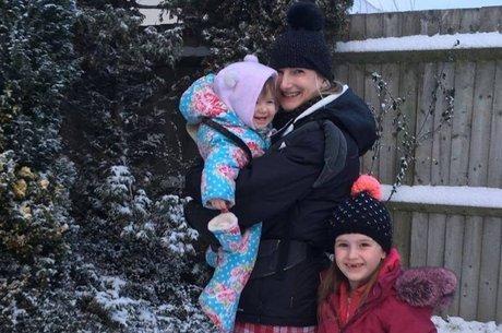 Gemma Fraser com a bebê Orla e sua filha mais velha, Poppy