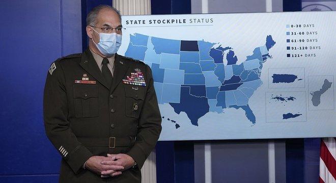 General Gustave Perna, à frente da Operation Warp Speed: Defesa trabalha em conjunto com o CDC, agência americana de pesquisa em saúde pública