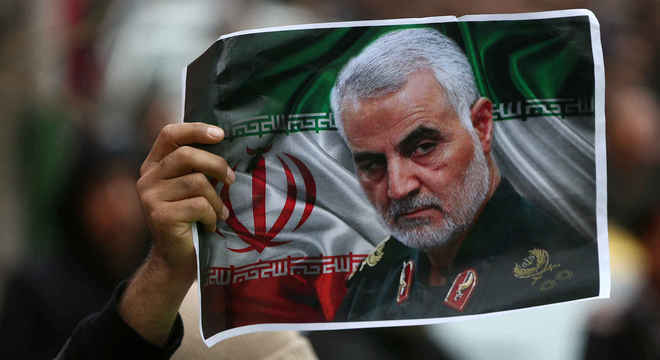 Corpo do comandante militar iraniano Qassem Soleimani chegou ao Irã neste domingo (5)