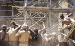 No sexto pavimento, parte da torre desaba, deixando muitos mortos e feridos