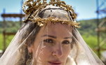 Semíramis (Francisca Queiroz) caminha pela rua se sentindo uma deusa