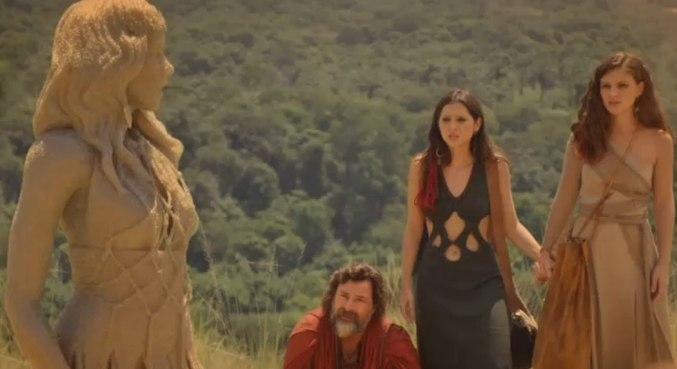 Ló e as filhas observam a estátua de sal