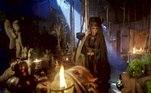 A feiticeira (Suzana Abranches) se prepara para deixar a cidade