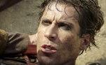 Durante a batalha, Ekur (Bruno Bellarmino) salva a vida de Gurik (Marcelo Argenta)