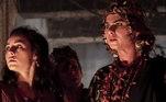 Nidana (Juliane Trevisol) faz uma acusação contra Adália (Cássia Sanches)