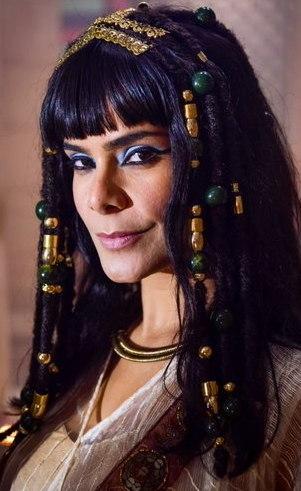 Aat ( Bianka Fernandes): Bela, dissimulada e traiçoeira, a esposa do faraó é capaz de tudo para manter seu status, inclusive tirar do caminho quem ameaçar sua posição.