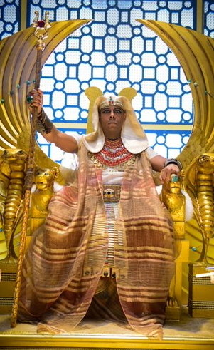 Amenemhat III ( André Ramiro): Faraó do Egito, famoso por apreciar e colecionar mulheres, ele tem em suas duas esposas Aat e Khen seu ponto fraco. Sua realidade enche de cor ao conhecer a bela Sara e querer conquistá-la, sem saber que isso poderá lhe custar a vida.