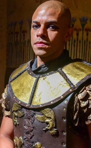 Bakari (Paulo Lessa): General egípcio que se apaixona por Agar, mas se vê dividido entre o dever e o amor, e como de costume, o amor acaba ficando para depois.