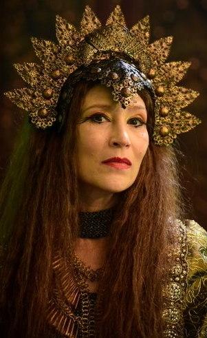 Jaluzi (Beth Goulart): Esposa do rei Bera, vive num constante mundo de fantasia, onde ela reina suprema e soberana. Inspira medo em todos à sua volta, inclusive em seu marido, que se desdobra para fazer todas as suas vontades.