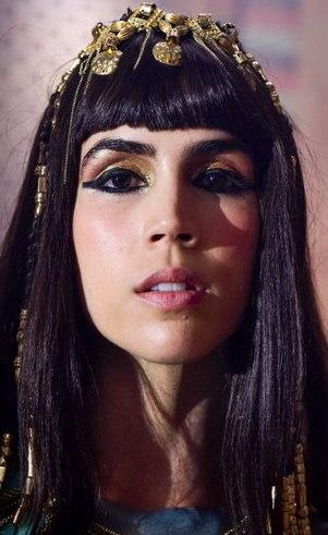 Khen (Pérola Faria): Forte e decidida até o momento da chegada de uma belíssima mulher ao palácio a mando de Amenemhat III. Além do perigo de perder a atenção do seu marido, coisas estranhas começam a acontecer por ali.