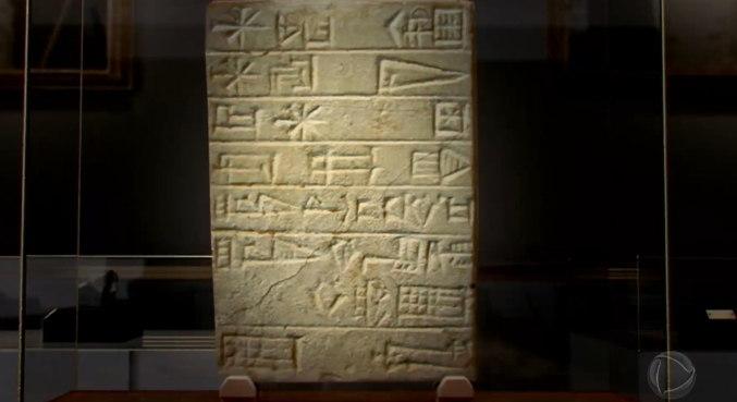 Essa peça, localizada no museu britânico, em Londres, é uma tábua de pedra, inscrita com um texto cuneiforme