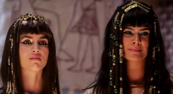 No Egito, esposas do faraó participam do julgamento do pai de Agar