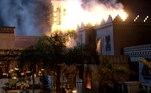 Antes disso, na casa de Terá, todos se desesperam com o incêndio