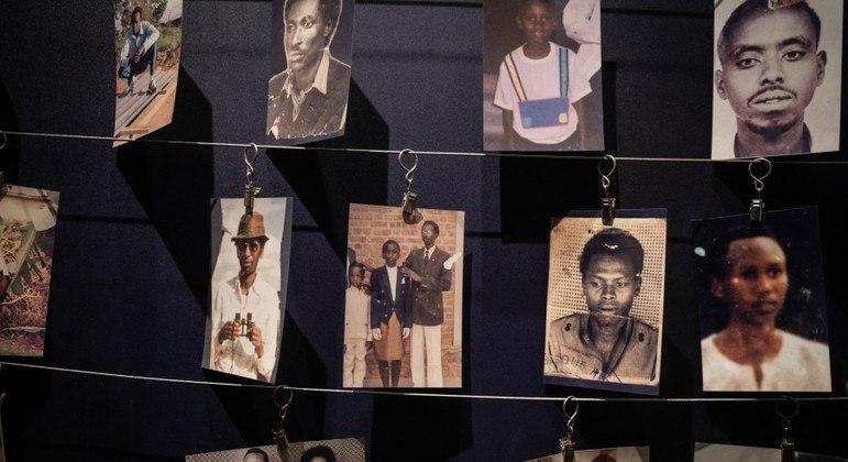 Memorial exibe imagens de ruandeses mortos durante o genocídio de 1994