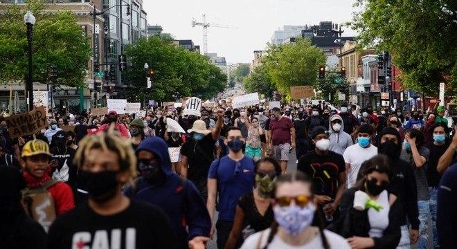 Manifestantes marcham em direção à Casa Branca, em Washington