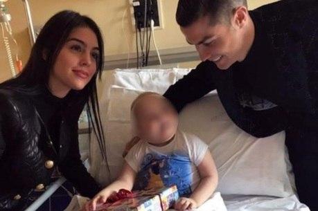 CR7 distribui presente a criança internada em hospital