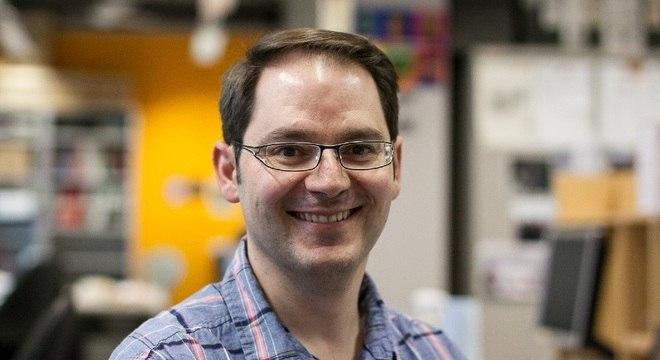 O cientista Gerald Larrouy-Maumus pesquisa, no Imperial College, como criar superfícies que são armas letais contra patógenos