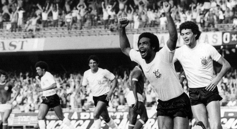 Geraldão comemora gol do Corinthians, seguido por Sócrates; ao fundo Vaguinho e Romeu