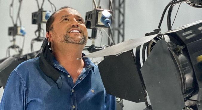 Geraldo Luis se mostrou emocionado ao conhecer o estúdio de seu novo programa