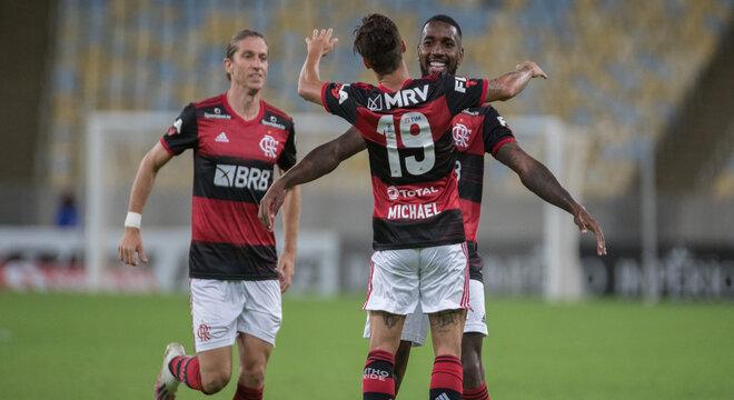 Filipe Luís e Michael comemoram gol de Gerson para o Flamengo
