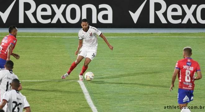 Geuvanio tenta jogada para o Athletico-PR contra o Jorge Wilstermann