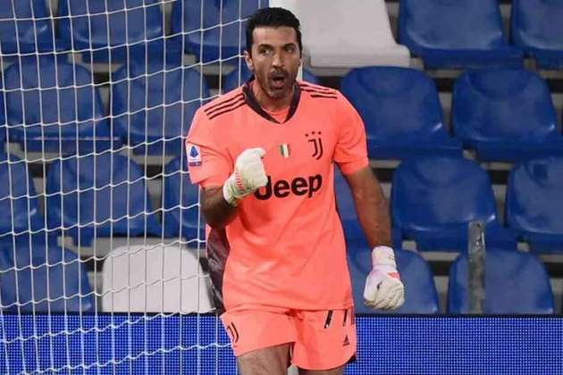 Gianluigi Buffon, mesmo aos 43 anos de idade, ainda não decidiu parar de jogar. Após a sua segunda passagem pela Juventus, o goleiro italiano pode voltar ao seu primeiro clube, o Parma